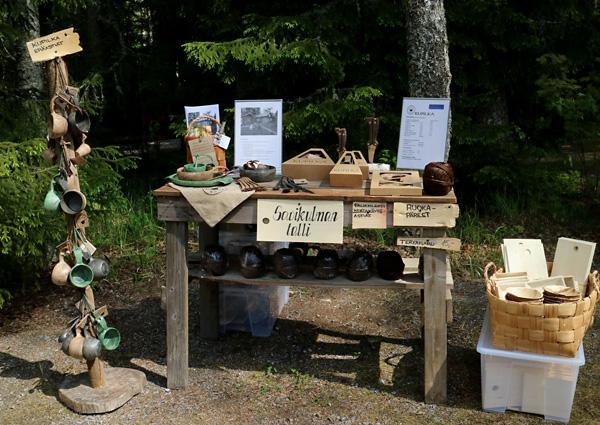 Savikulman tallin tuotteita: Kupilka-retkeilyastiat, ruokapäreet ja Palmunlehti-kertakäyttöastiat